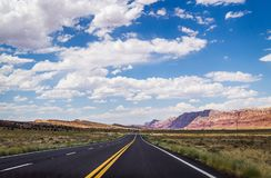 石沙漠在美国 在亚利桑那的干旱的平原的美丽如画的路 库存图片