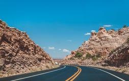 石沙漠在美国 在亚利桑那的无生命的红色岩石的一条美丽如画的路 免版税库存照片