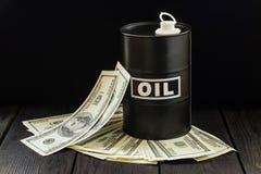 石油产业概念 油桶在美金的 库存图片