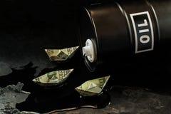 石油产业的概念 油桶和船  免版税图库摄影
