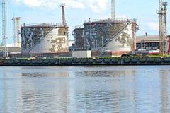 石油产品存贮的坦克在商业海口 加里宁格勒 免版税库存照片