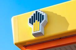 石油公司Rosneft的象征反对蓝天的 库存图片