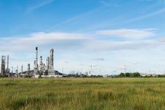 石油化学工业发电站有蓝天背景 免版税库存图片