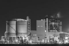 石油化学的工厂在晚上 库存图片