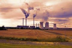 石油化学的工厂设备,捷克,日落天空 免版税库存照片
