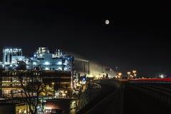 石油化工厂在夜之前 免版税库存照片