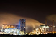 石油化工厂在夜 免版税库存图片