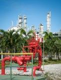 石油化工厂紧急状态的红色消防栓显示器立场 免版税库存照片