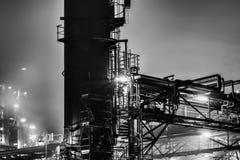 石油化工厂细节在晚上 免版税库存图片