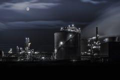 石油化工厂细节在晚上 免版税库存照片