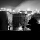 石油化工厂细节在晚上 图库摄影