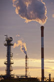 石油工业日落的精炼厂工厂 免版税图库摄影