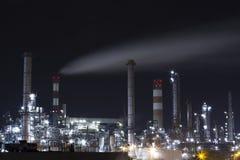 石油工业精炼厂夜光的汽油工厂 奥地利维也纳 免版税库存图片