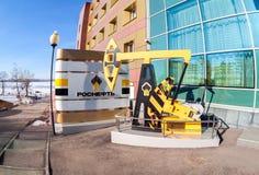 石油工业equipment.oil和气体加工设备 在办公室b附近的油泵起重器模型  免版税库存照片