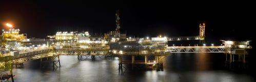 石油平台在晚上 免版税库存图片