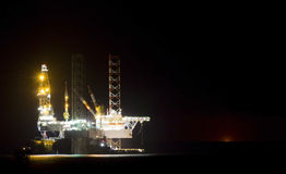 石油平台在晚上 图库摄影