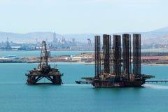 石油平台在离在巴库,阿塞拜疆附近的里海海岸的附近 库存图片