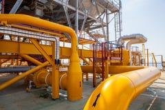 石油平台管道和压力转换系统 库存图片