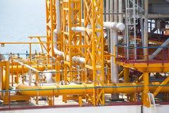 石油平台管道和压力转换系统 库存照片