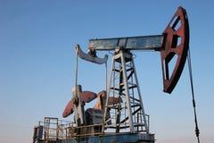 石油生产在冬天。 库存照片
