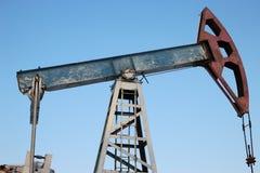 石油生产在冬天。 免版税图库摄影