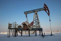 石油生产在冬天。 免版税库存图片