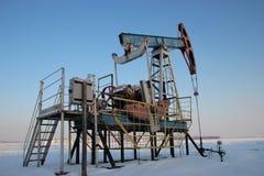 石油生产在冬天。 免版税库存照片