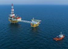 石油生产 在波罗的海架子的石油平台 库存照片
