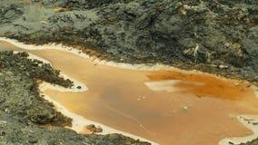 石油盐水湖水 在俄斯拉发、油盐水湖、污染的土壤与化学制品和油的前转储有毒废料 股票录像