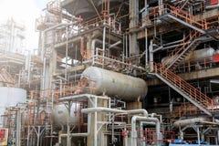 石油精炼,细节与阀门的输油管在大炼油厂,工业区的设备 图库摄影
