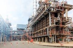 石油精炼,细节与阀门的输油管在大炼油厂,工业区的设备 免版税库存照片