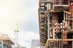 石油精炼,细节与阀门的输油管在大炼油厂,工业区的设备 免版税库存图片