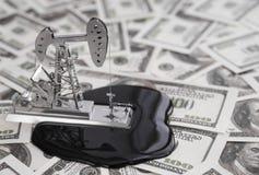 石油钻井在美元背景的一个泵浦与金钱钞票 免版税库存照片