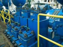 石油钻井船具的三重泥浆泵在泵房 免版税库存图片
