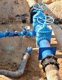 石油,气体,水产业 与地下阀门电枢的泉源 被开掘的深沟槽 库存照片
