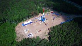 石油钻井塔的鸟瞰图在森林里 股票录像