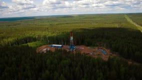 石油钻井塔的鸟瞰图在森林里 影视素材
