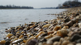 石海岸海滩湖在一个晴天 免版税库存照片