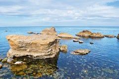 石海滩的海运 免版税图库摄影