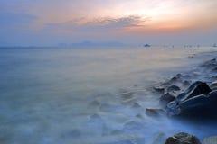 石海滩日落 库存照片