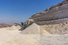 石渣压碎器和石渣小山 库存照片