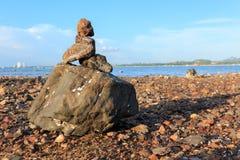 石渣土墩在岸被修建了 库存图片