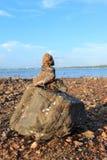 石渣土墩在岸被修建了 库存照片