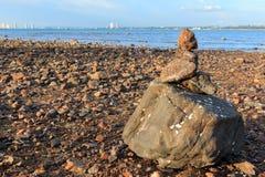 石渣土墩在岸被修建了 免版税图库摄影
