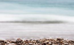 石渣景深和海背景 免版税图库摄影