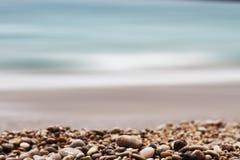 石渣景深和海背景 库存照片