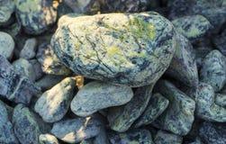 石渣样品从石灰华和大理石的,用于风景设计创造石头庭院  免版税库存照片