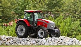 石渣红色拖拉机 免版税库存图片