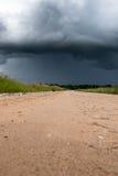 石渣路和黑暗的云彩 免版税库存照片