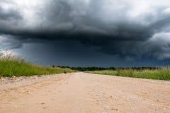 石渣路和黑暗的云彩 免版税库存图片
